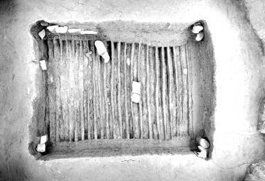 活动面是在铺平的河卵石基础之上再平铺木板,墙壁由竖排的木板和圆木