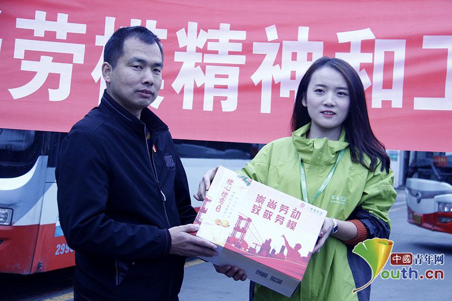 赖小刚(图左)向成都市总工会表示感谢.叶心怡 摄图片