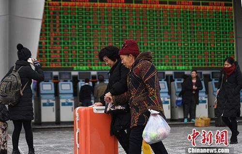 资料图:1月3日,2018年春运首日火车票正式开售,除夕当天(2月15日)火车票将从1月17日开售。<a target='_blank' href='http://www.chinanews.com/' _fcksavedurl='http://www.chinanews.com/'></table>中新社</a>记者 杨艳敏 摄