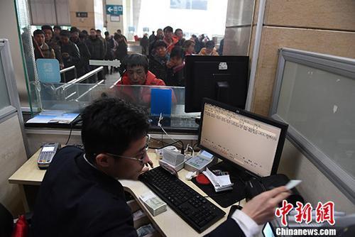 资料图:今年春运火车票的预售期仍延续此前规定,网络、电话最远预售期为30天。 <a target='_blank' href='http://www.chinanews.com/' _fcksavedurl='http://www.chinanews.com/'></table>中新社</a>记者 杨艳敏 摄