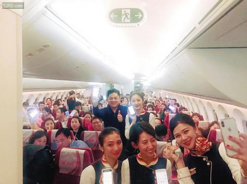 空乘人员和乘客展示在飞机上用手机