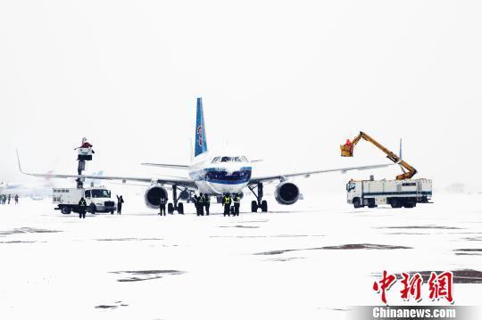 南航各保障单位组织人员清理机坪积雪。 时晨 摄   中新网大连1月22日电 (记者 杨毅)大连周水子机场方面22日通报称,截至当日下午14时整,因辽宁省大连市普降大雪,大连周水子国际机场已有百余架次进出港航班延误或取消,近万名旅客出行受影响。   当日凌晨,大连市迎来入冬以来首场强降雪,漫天的雪花伴着呼啸的寒风,将整个滨城笼罩在一遍白色之中。上午5时30分,机场降雪开始逐渐加大;上午7时许,北风加大,阵风达13米/秒,机场能见度下降至1200米左右,机场通行能力下降75%,航班起降均受不同程度影响。