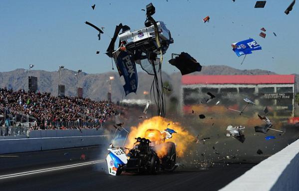 美赛车角逐途中突发爆炸事故相撞 两车手奇迹存活