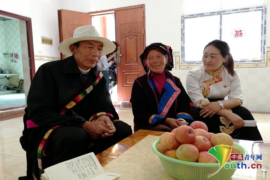 阿支基夫妇与尼玛谭初坐在家中与记者交流.叶心怡 摄图片