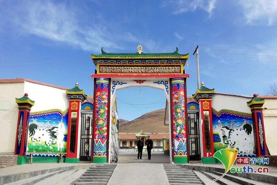 若尔盖纳木藏文中学老教学楼的大门.叶心怡图片