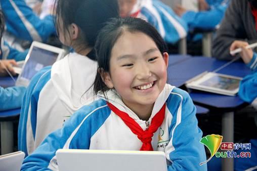 答对题目的她开心的笑了起来.叶心怡 摄图片
