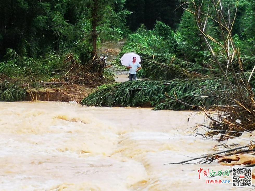 洪水中不拋棄不放棄 江西上演7個小時生死救援