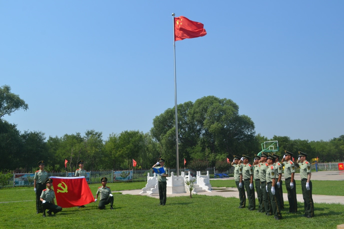 武警北京总队执勤第十二支队官兵重温入党誓词