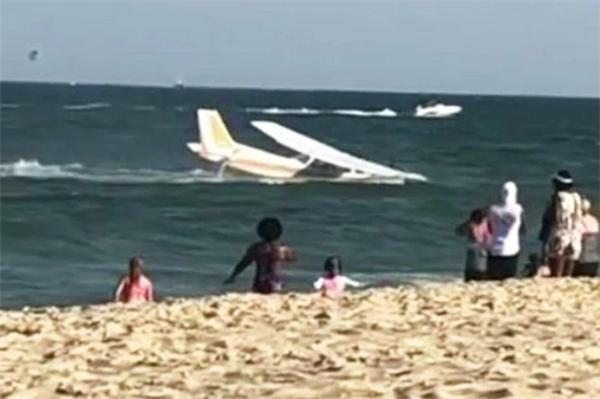 美国一架飞机在海滩上紧急迫降 游客们惊慌失措