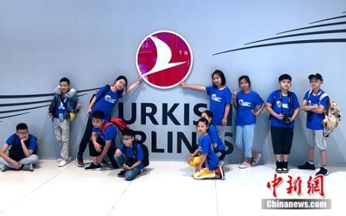 中國文化小使者在伊斯坦布爾機場合影留念