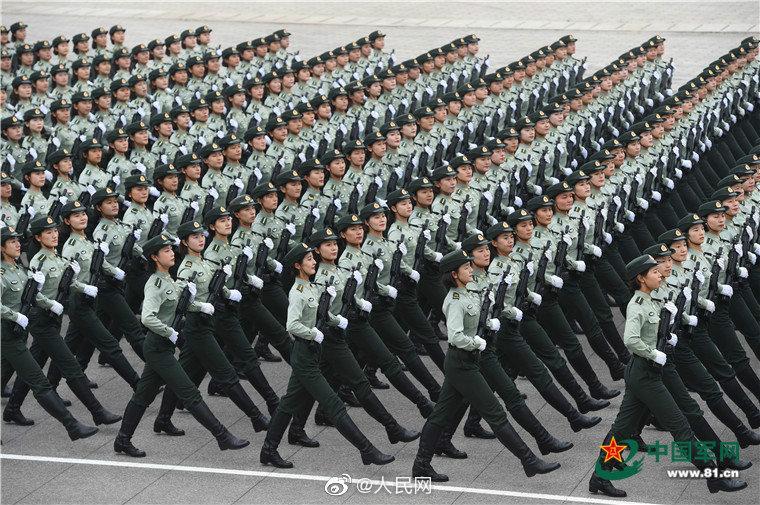 阅兵女兵方队:站军姿2小时不倒 练眼神40秒不眨