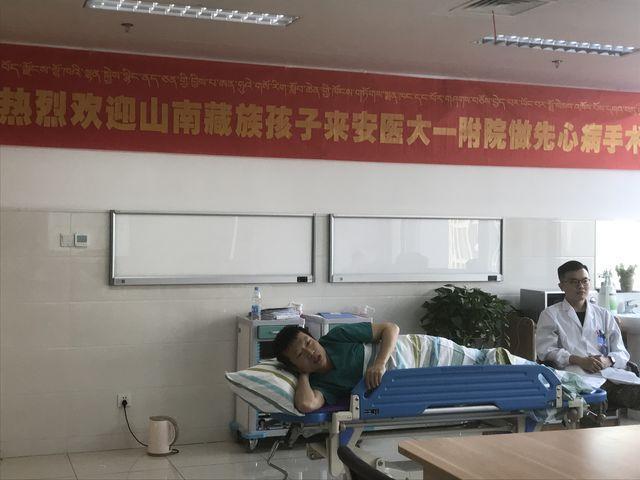 """卖保健品赚钱吗医生躺着会诊背后的暖心故事:""""我要赶在大雪封路前让孩子们回到西藏"""""""