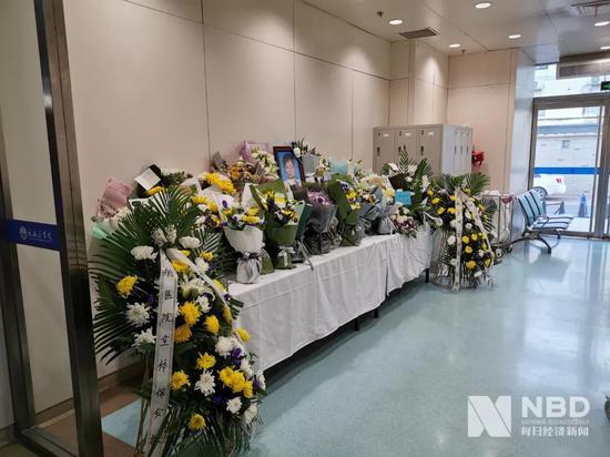 民航总医院急诊一楼,杨文医师悼念点 图片来源:每经记者 滑昂 摄