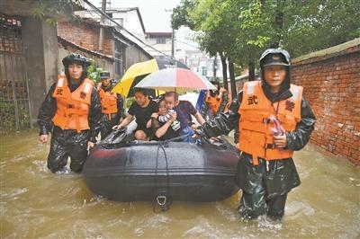 武警官兵和民兵投入抢险救灾