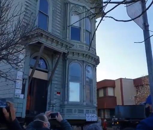 百事娱乐:美国一百年老楼整体搬迁:穿过七个街区