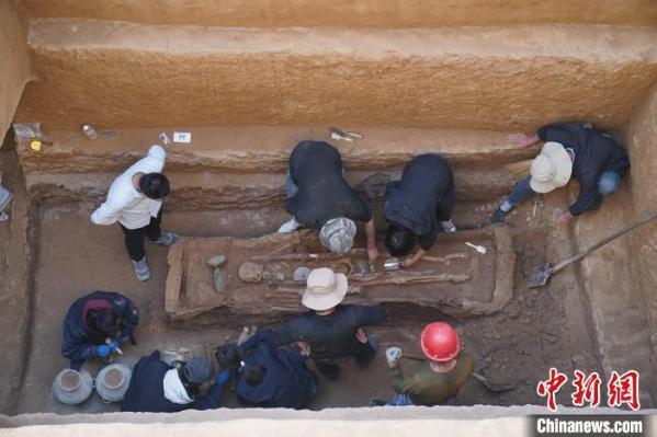 菲娱娱乐:陕西发现一完整西汉早期墓葬 出土罕见