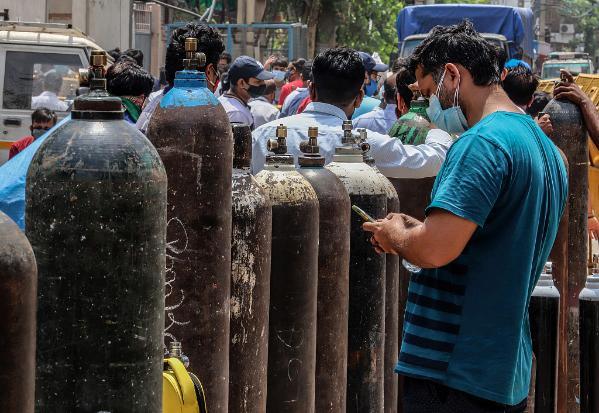 印度男子驱车1400公里给好友送氧气瓶:想陪他直到好起来
