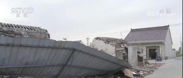 记者探访飓风过后的丁家村:房屋砖头散落一地 碗口大的树木被吹倒