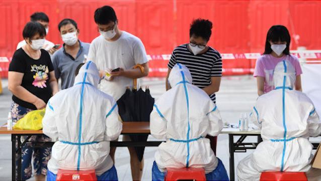 广州高风险地区开展多轮全员核酸检测。6月8日,在广州荔湾区白鹤洞街广钢新城,居民在核酸检测前进行信息登记。 新华社图