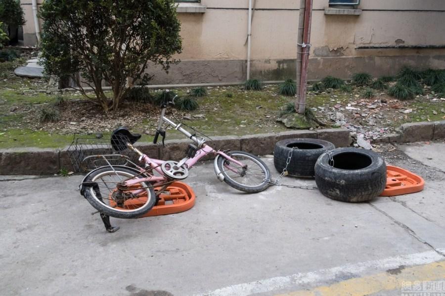 再到破旧桌子,椅子,还有废弃的自行车,有的居民,索性将助动车锁在汽车