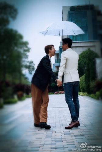 张晋与蔡少芬撑伞漫步:两个人总比一个人好
