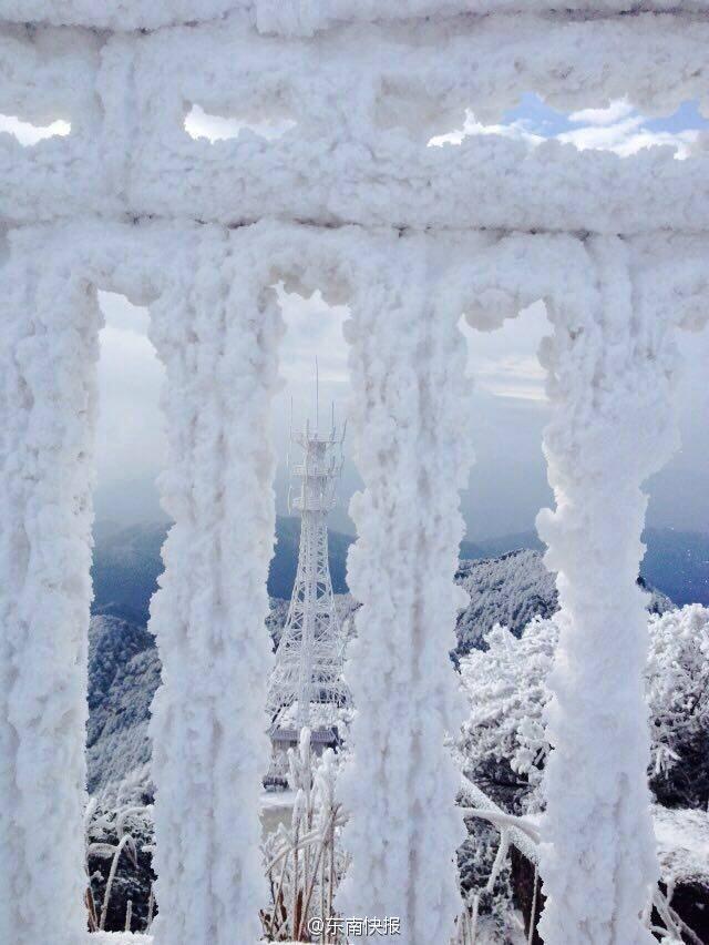 福建测风塔被冰封 变身九层妖塔