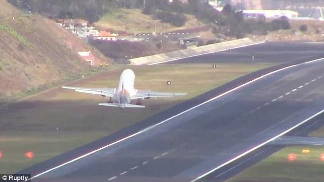飞机降落机场时遭遇大风