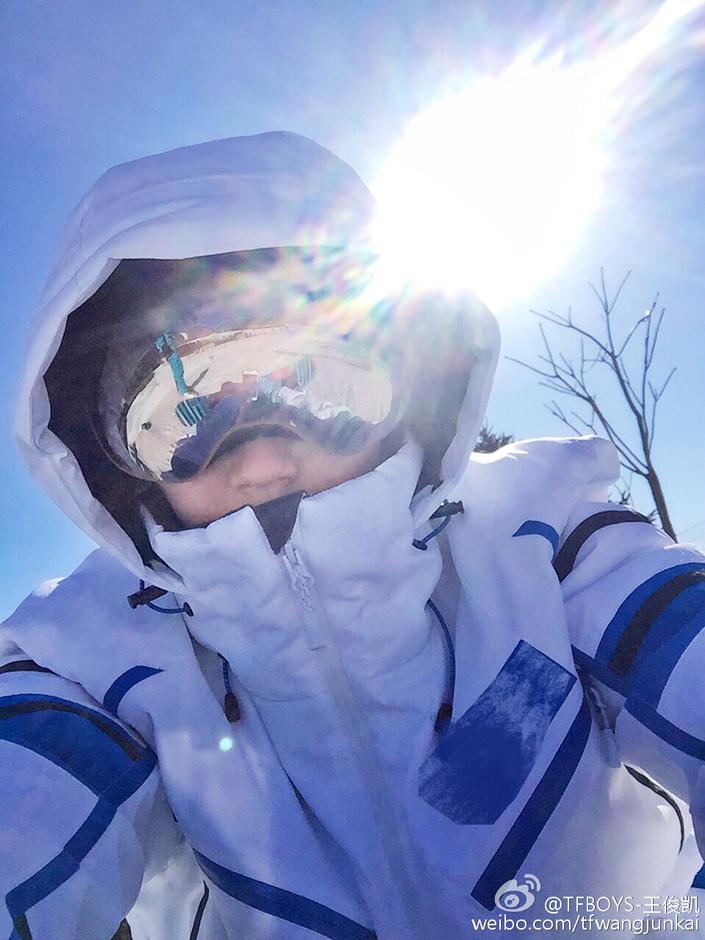 2月18日,王俊凯发微博向粉丝提问:这是一个( )boy?并晒出两张自拍。照片中的小凯迷之角度,背对晴空刺眼的太阳,曝光闪现彩虹的光芒,同时光亮的滑雪镜反射镜头之外的场景。照片的姿势,与此前网络热图原来酷炫的滑雪照是这样拍出来的相似。