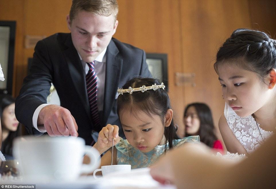 吃西餐学社交 中国富豪送子女学纯正英式贵族礼仪图片