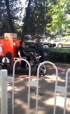 网曝快递员当街殴打老人 用车锁砸其头部(图)