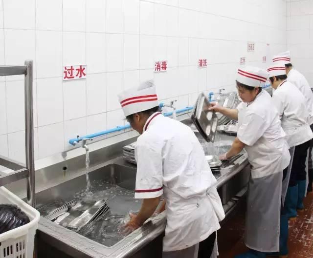 每次用过餐具都要严格按照五个流程清洗