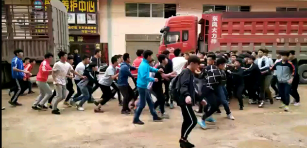 50名中学生群殴系恶意炒作?有人指挥和录像并非偶然事件
