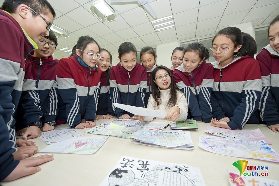 指导学生们制作宪法主题手抄报.  摄-秦皇岛开发区各学校开展 宪法
