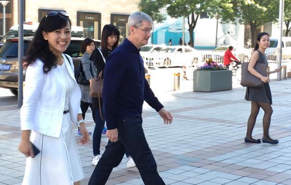 库克第八次来华 今早与滴滴总裁一起步入苹果店