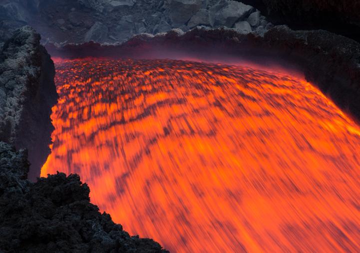 """火山喷发岩浆似""""火龙"""""""