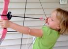 五岁小萝莉拉弓射箭拔牙
