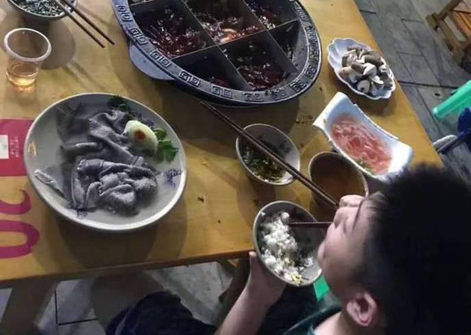 8歲男孩獨自吃火鍋