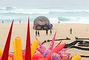 慎点!澳迪海滩雕塑展一幕.jpg