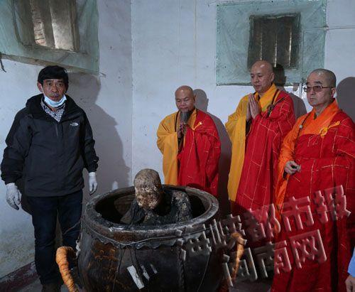 老和尚圆寂后坐缸三年肉身不腐 寺庙将塑金身
