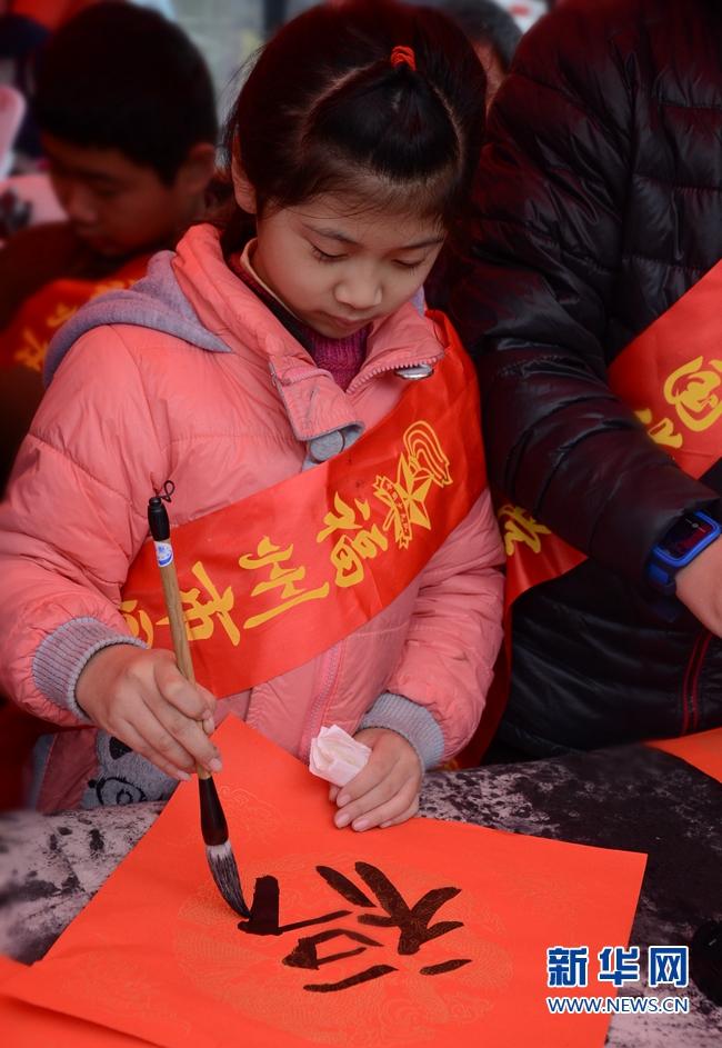 福州街头:书法家、小学生义写春联增年味