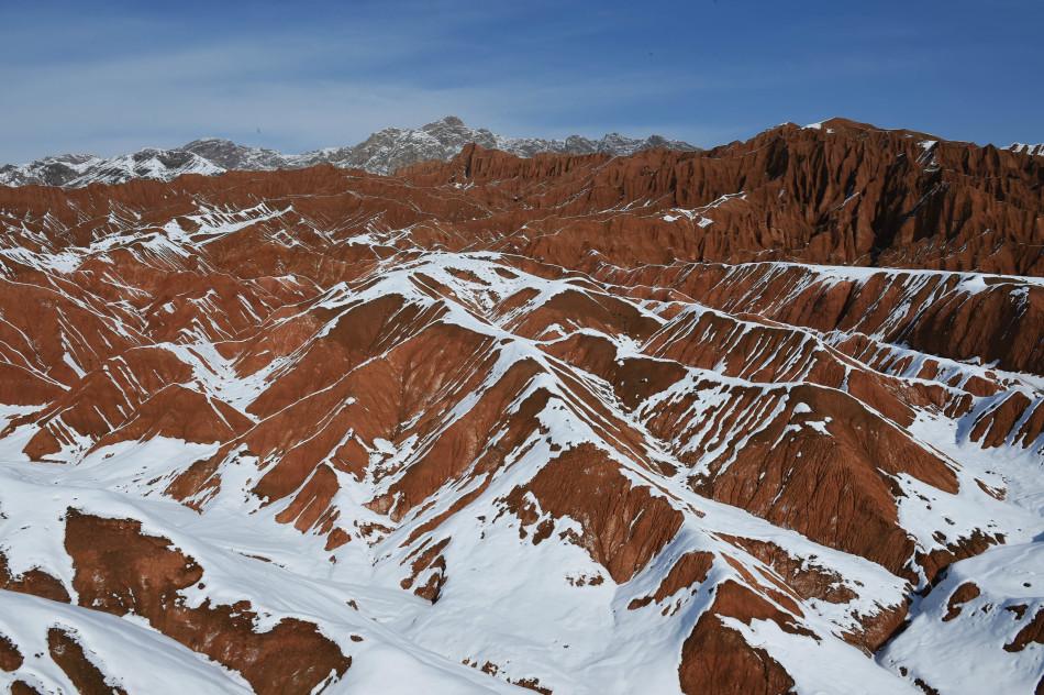吐鲁番火焰山落雪 展现别样风景_新闻频道_中国青年网