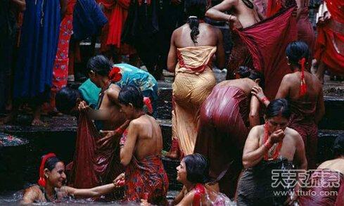 2016espy颁奖礼中字尼泊尔奇俗:没有浴池美女被迫当街洗澡[1]- 中国日报网2016f韩版中裙