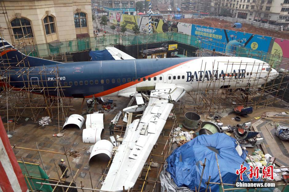 """波音737客机""""降落""""武汉街头"""