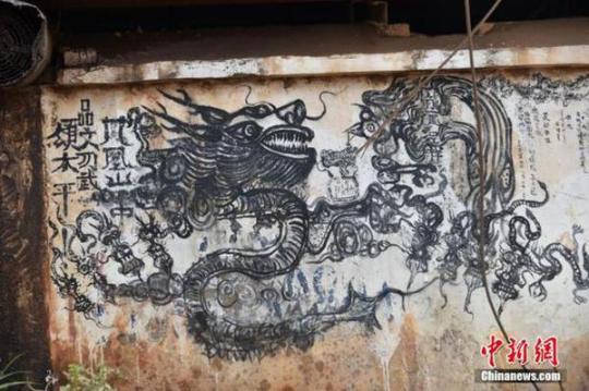 老人賣菜畫壁畫   老人賣菜畫壁畫,栩栩如生有大師風范。4月25日,在昆明某農貿市場一入口處一堵約10米長的白色墻壁上,畫有獅子、龍、牛等動物和樹木、人物等20多種圖案,栩栩如生,在畫作旁邊還配有文字,如同出自大師之手。   據周邊居民介紹,壁畫作者其實是一位賣菜老人,這位老人每天上午來賣菜,閑時就在墻上用墨水畫壁畫。   老人賣菜畫壁畫   老人賣菜畫壁畫