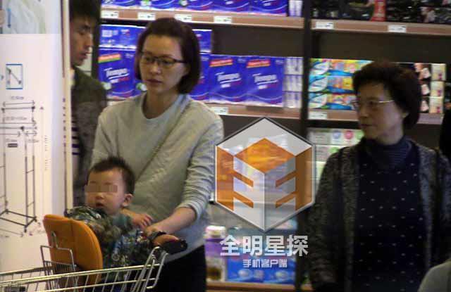 组图:43岁董卿素颜逛超市