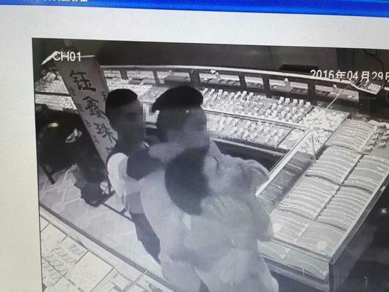 """""""锅盖头""""男子持刀抢劫金店 发型暴露身份5名嫌犯落网"""