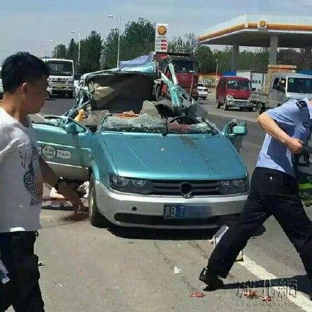 唐山出租车与拖拉机相撞致4死1伤 警方:正调查中