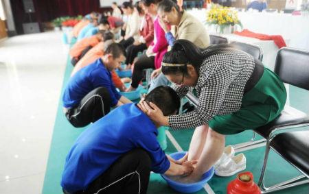戒毒学员为母洗脚 成母亲节最感人的节目
