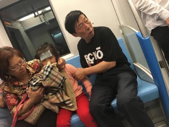 老人地铁脱外套给生病孙女呕吐 网友赞