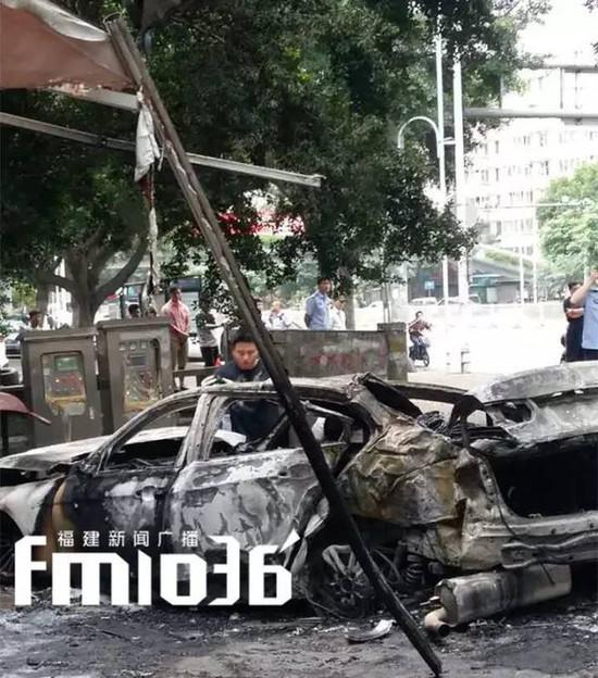 宝马车撞上行道树自燃 两人被烧焦分不清男女